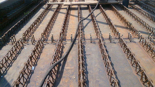 Vista dei tralicci, della lamiera e dei connettori prima della fase di getto