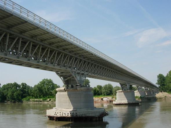 Ricostruzione del ponte sul fiume po piacenza for Cabine sul bordo del fiume